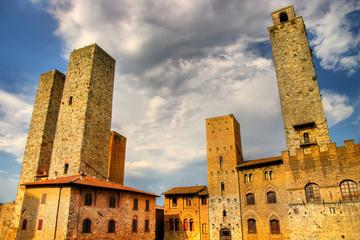 Viagem de um dia para grupos pequenos para San Gimignano e Volterra...