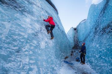 Dagstur fra Reykjavík: Brevandring og isklatring på isbreen...