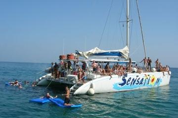 Feestzeiltocht of ontspannen boottocht per catamaran vanuit Barcelona