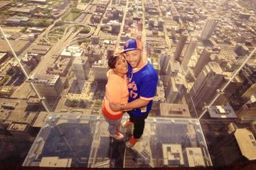 photo-couple-en-amoureux-sur-skydeck-chicago