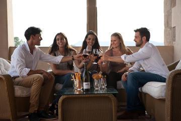Visita guiada con cata de vino y cava con tapas desde Barcelona
