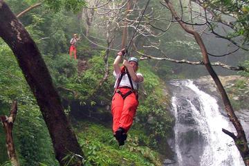 Descente en tyrolienne au-dessus de la canopée et des cascades à...