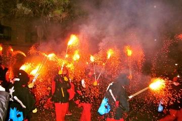 Upplev Katalonien: Correfoc Festival-rundtur (eldlöpning) från ...