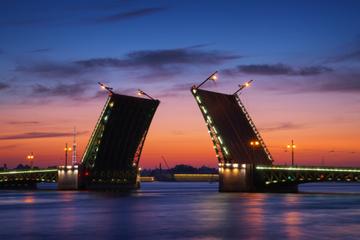 Croisière à minuit à Saint-Pétersbourg: ponts-levis et canaux