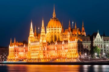 Bootstour durch Budapest am späten Abend auf der Donau mit Abendessen