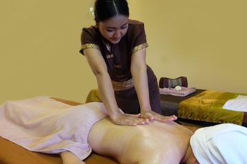 Massage aux huiles aromatiques d'une...