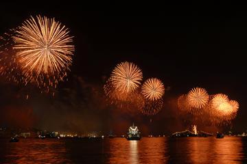 Cena, espectáculo y crucero de Año Nuevo por el Bósforo en Estambul