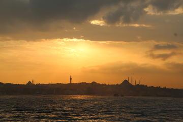 Excursión privada: romántico crucero por el Bósforo a la puesta del...