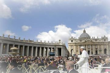Skip the Line: Papal Blessing, Vatican Museums, and St. Peter's Basilica Tour with Lunch