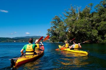Tour van hete baden van Lake Rotoiti en kajaktour van grot met ...