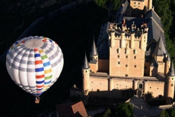 Passeio de balão de ar quente sobre Toledo ou Segóvia com transporte...