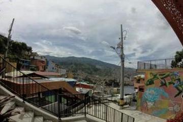 Excursión por los barrios: escalera mecánica urbana de la Comuna 13...