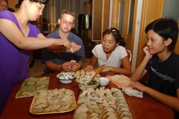 Aula de Culinária Chinesa em um Pátio Privado com Visita ao Mercado...
