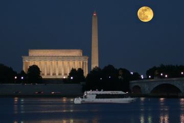 Monumentos de Washington DC en crucero a la luz de la luna