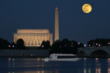 Monumentos em Washington DC em um cruzeiro ao luar
