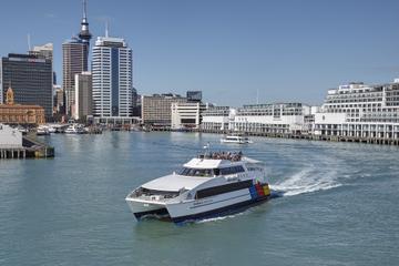 Cruzeiro turístico no porto de Auckland com passagem de balsa de ida...