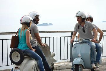 Visite privée: visite de Naples gastronomique en Vespa d'époque