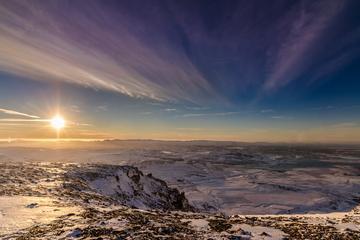 Survol d'une montagne en hélicoptère avec atterrissage au sommet au...