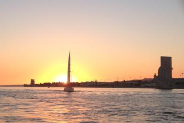 Zonsondergangcruise op de Taag rivier in Lissabon