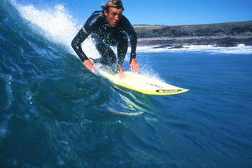 Experiencia de surf en Lanzarote en la playa de Famara