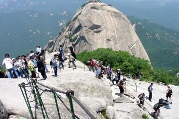 Caminata por el monte Bukhan con spa de estilo coreano