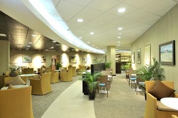 Acceso al salón de descanso: Club Mobay, en el Aeropuerto...