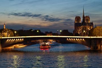 Crucero por el río Sena en Nochevieja, con cena de 4 platos, vino y...