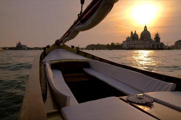 Kryssning i solnedgången i Venedig med typisk venetiansk båt