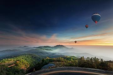 チェンマイ発の熱気球ツアーとシャンパン付きの朝…