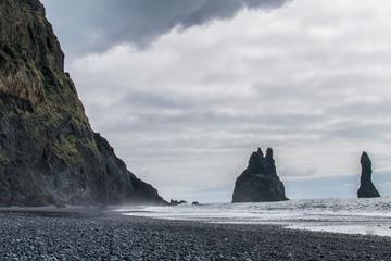 Praia de areia preta, cachoeiras e...