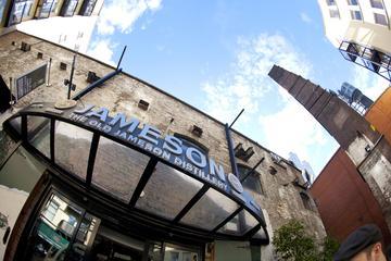 Antiga uísque irlandês Jameson apreciando uma destilaria Whiskey a...