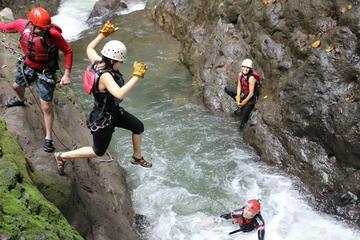 Aventura de barranquismo Gravity Falls en Costa Rica desde La Fortuna
