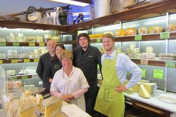 Käse- und Weinprobe in einem Pariser...