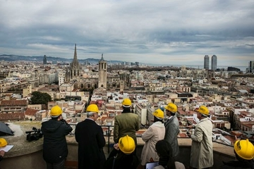 Balade dans le ciel au-dessus de la vieille ville de Barcelone