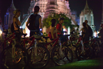 Excursão de bicicleta à noite por Bangcoc