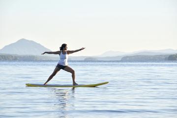 Yoga con surf de remo en Vancouver