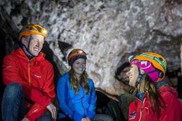 Excursion de spéléologie dans des grottes formées par de la lave et...