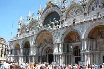 Tour en góndola y a pie por Venecia y además evite las colas en la...