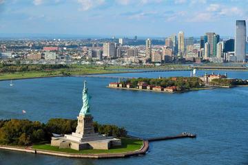 Eilandtour naar het Vrijheidsbeeld en Ellis Island, inclusief toegang tot de voet van het beeld, sightseeing door Lower Manhattan en bezoek aan het One World Observatory