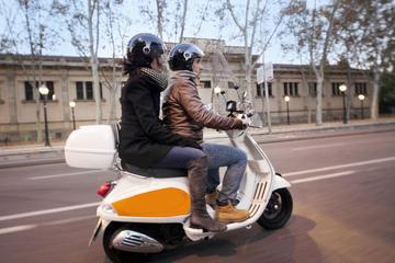 Tour serale per piccoli gruppi a Barcellona in Vespa