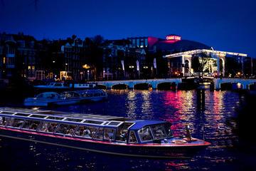 Crucero por el canal en Ámsterdam al atardecer