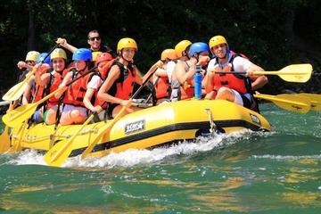 Viaje en el rafting en aguas bravas...