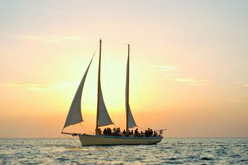 Navegação ao pôr do sol com vinho e vento