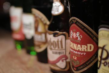 Cata de cerveza checa acompañada con queso y galletas saladas en Praga
