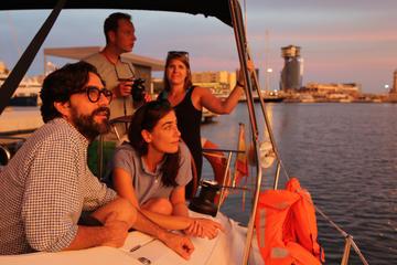 Seilas i solnedgang fra Port Vell i Barcelona