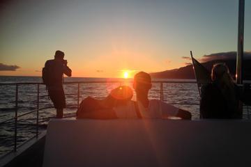 Cruzeiro ao pôr do sol de catamarã saindo de Funchal
