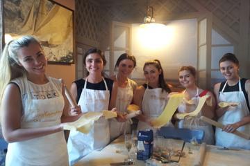 Aula de culinária à noite com jantar em Milão