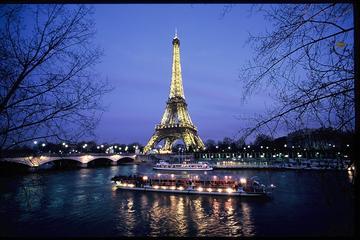 パリでのエッフェル塔優先入場付き入場チケットと夜のイルミネーションクルーズ