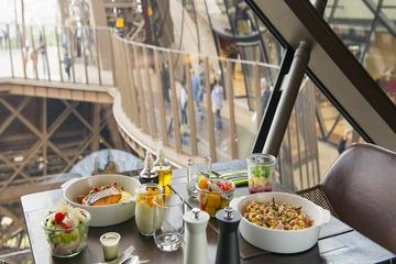 Pranzo con ingresso saltafila alla Torre Eiffel, tour Hop-On Hop-Off
