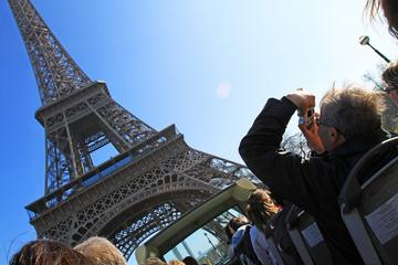 Snabbinträdesbiljett till Eiffeltornet, hoppa på/hoppa av-bussrundtur ...